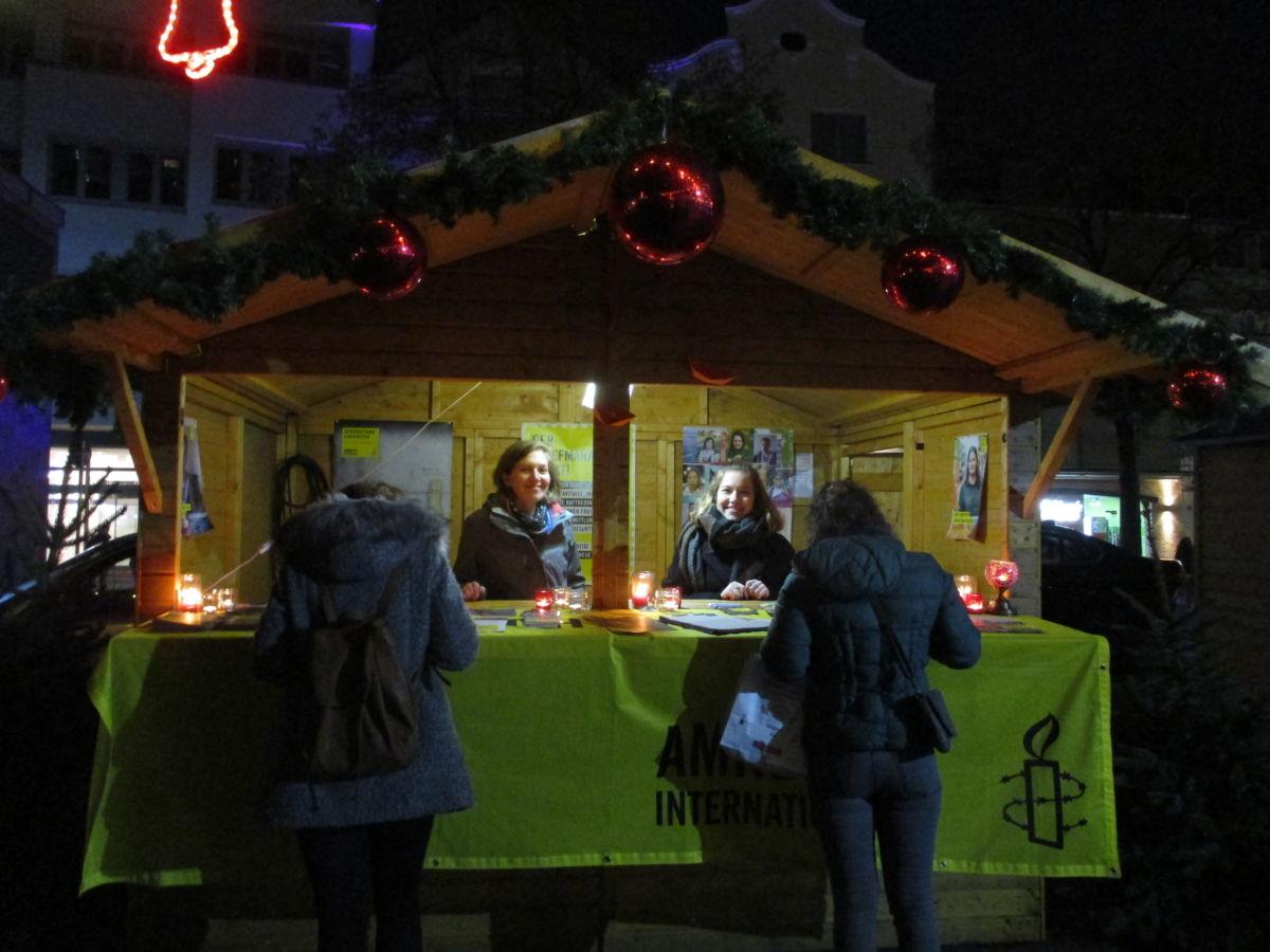 Amnesty Stand auf dem Weihnachtsmarkt der Kulturen in Trier im Dezember 2018