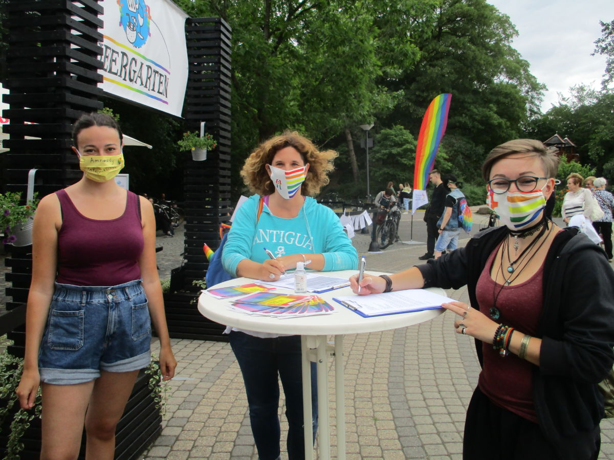 Petitionsstand vor dem Queergarten im Palastgarten